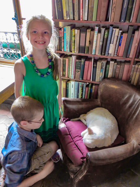 Shakespeare and Company kitty - family in Paris