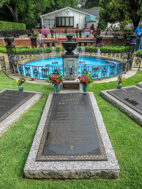 Things to do in Graceland with kids - Presley cemetery